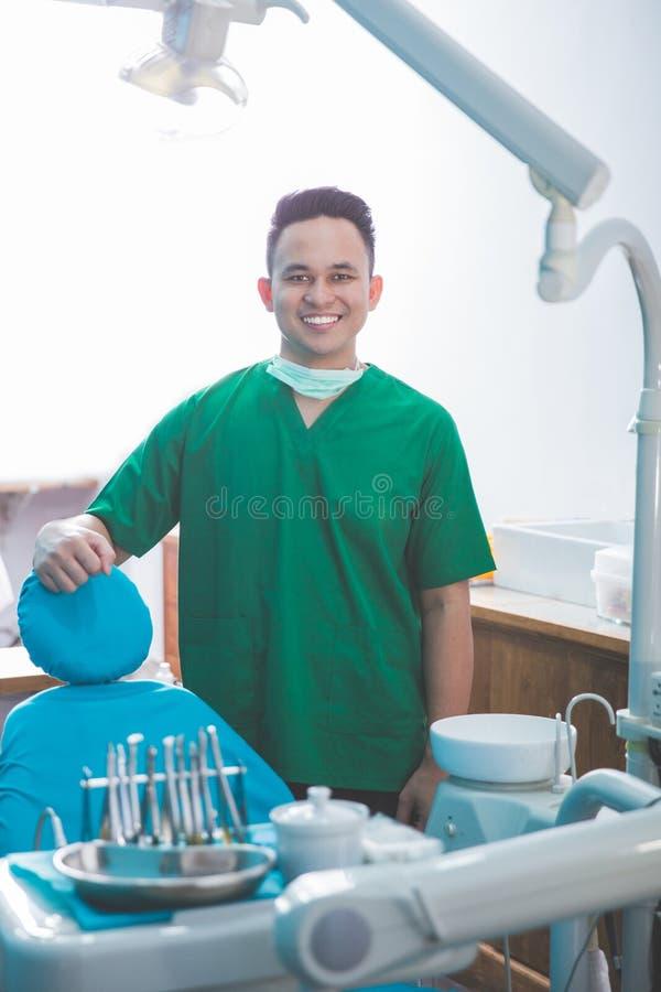 Manlig tandläkare i kliniken arkivbilder