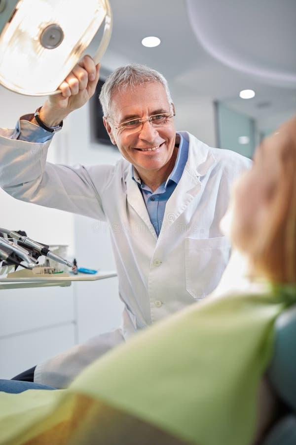 Manlig tandläkare på arbetsplats i tand- klinik arkivfoto
