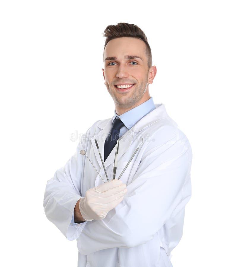 Manlig tandläkare som rymmer yrkesmässiga hjälpmedel fotografering för bildbyråer