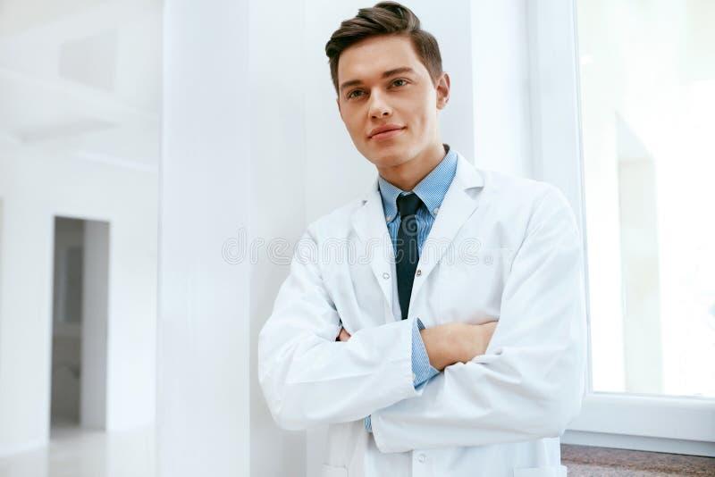 Manlig tandläkaredoktor In Dental Clinic Stående arkivbilder