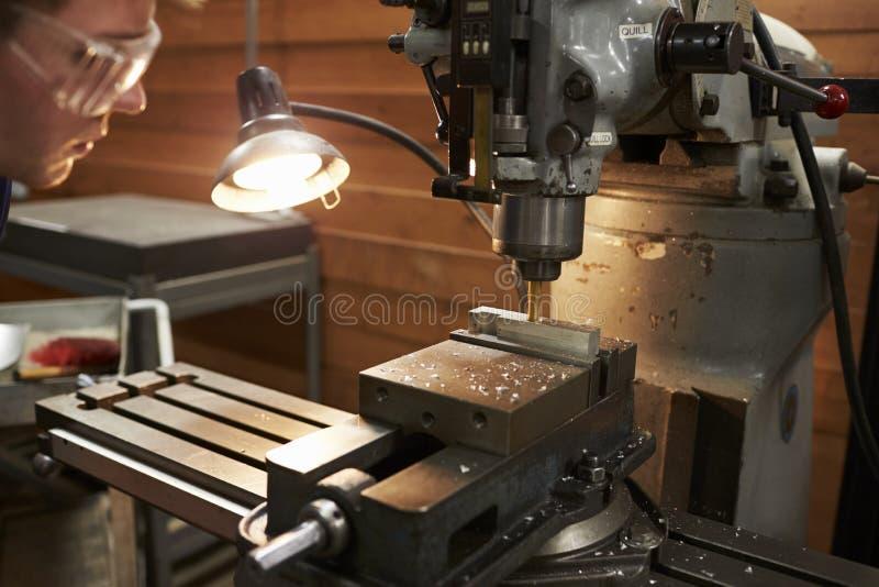 Manlig teknikerUsing Drill In fabrik royaltyfri foto
