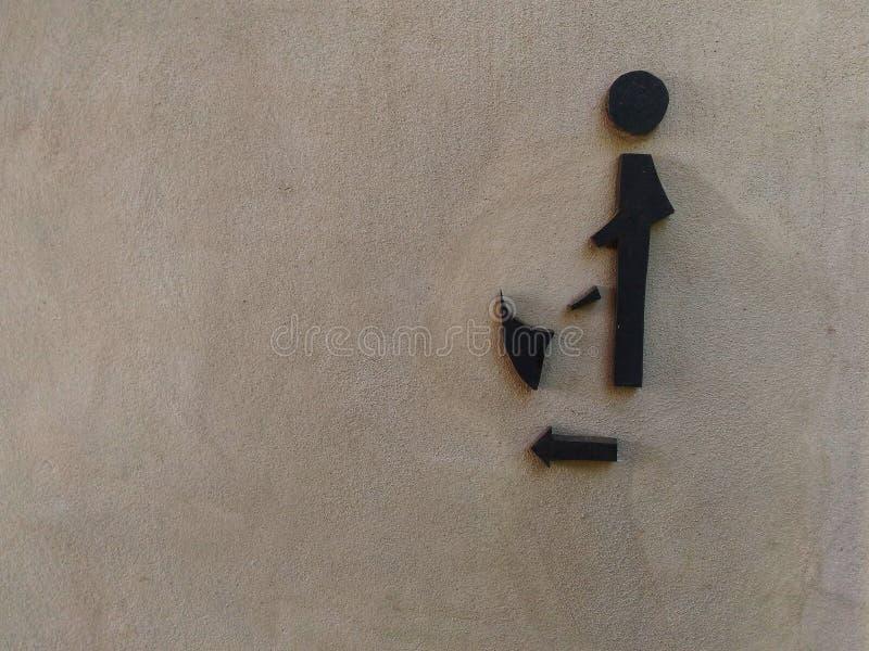 Manlig toalettsignage på sädesvätskaväggen arkivbilder