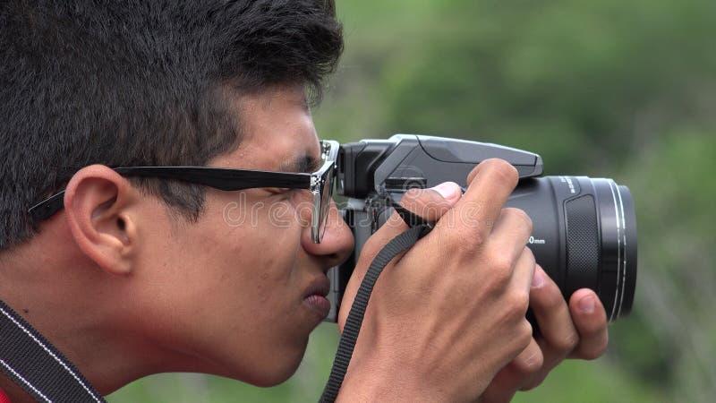 Manlig tonårig hobbyfotograf royaltyfri fotografi
