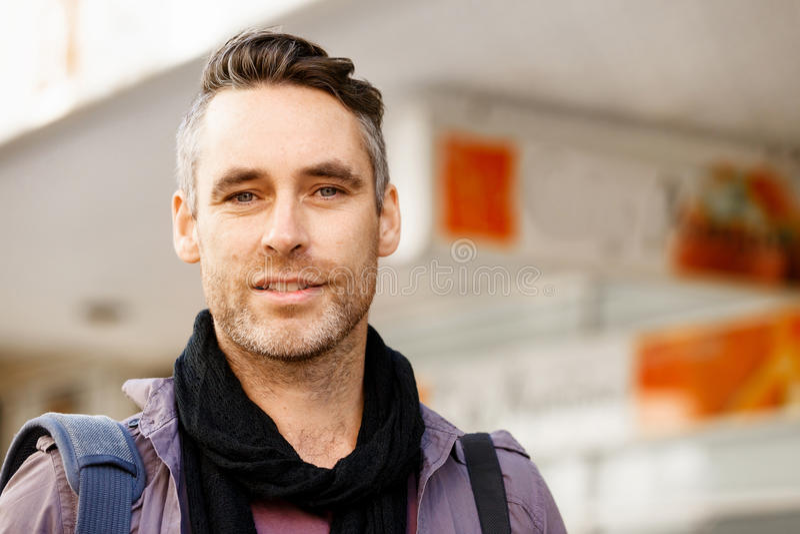 Manlig turist i stad arkivfoton