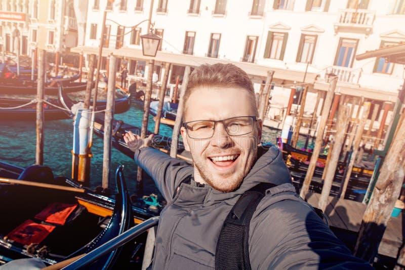Manlig turist- lycklig bakgrund Grand Canal, gondol för Selfie foto i Venedig, Italien royaltyfri bild