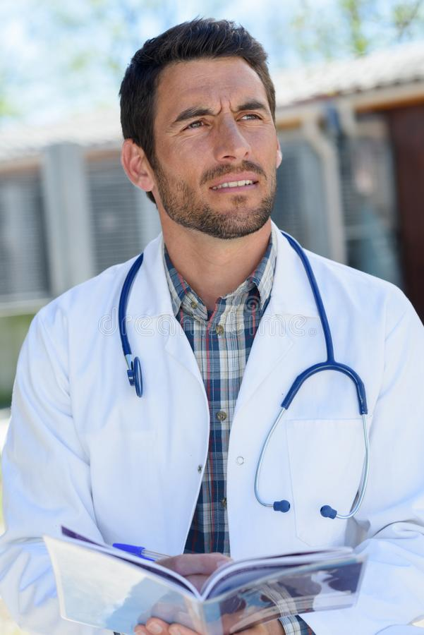 Manlig ung doktor utomhus royaltyfria bilder
