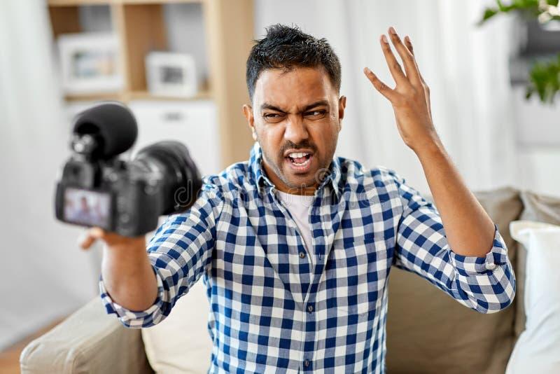 Manlig video blogger med kameran som hemma blogging arkivfoton