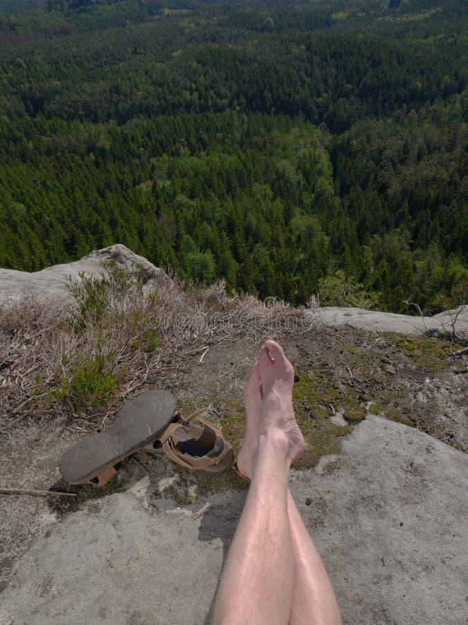 Manliga ben som kopplar av i natur arkivbilder