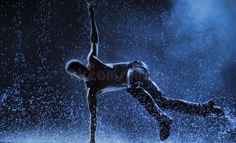 Manliga dansare i regnet arkivfoton