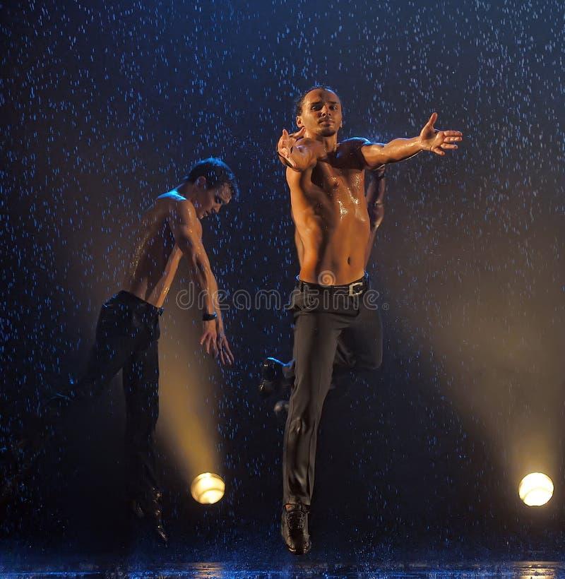 Manliga dansare i regnet royaltyfri bild