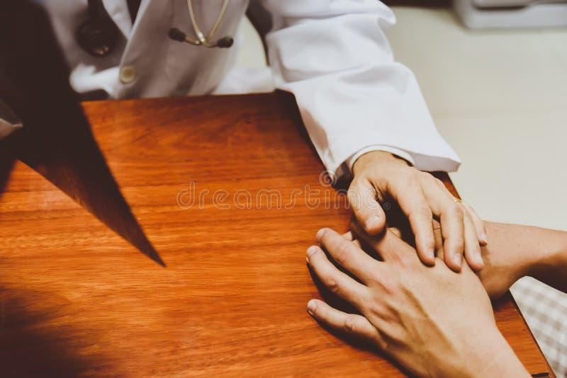 Manliga doktorer talar till kvinnliga patienter; behandling; Drogbruk arkivbilder
