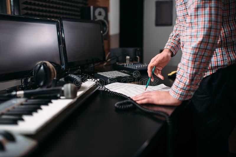 Manliga händer för solid tekniker på tabellen i studio arkivbilder