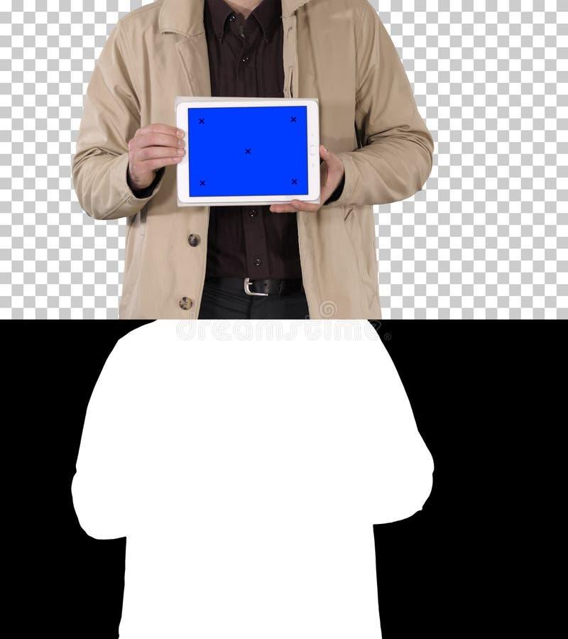 Manliga händer som rymmer minnestavlan med modellen för blå skärm, Alpha Channel arkivbild