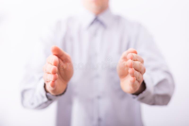 Manliga händer visar att gesten tar omsorg av något royaltyfria foton