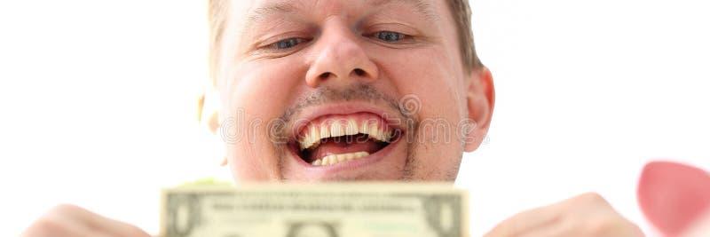 Manliga h?nder som rymmer en oss dollarsedel som g?r n?gon punkt om aff?rsframg?ng arkivfoto