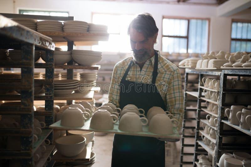 Manliga keramikerkoppar i magasin royaltyfri fotografi