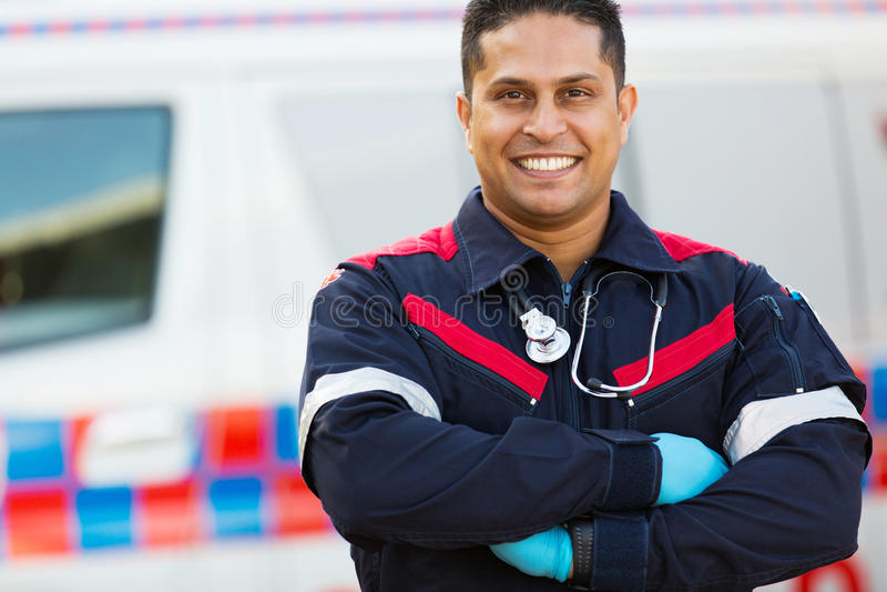 Manliga korsade person med paramedicinsk utbildningarmar royaltyfri foto