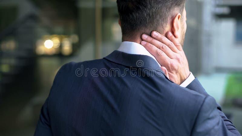 Manliga massera halsmuskler för kontor, knapert nerv, pisksnärtskada, inflammation royaltyfria bilder