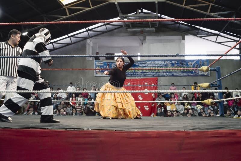 Manliga och kvinnliga brottare i strid på den Cholitas brottningen fotografering för bildbyråer