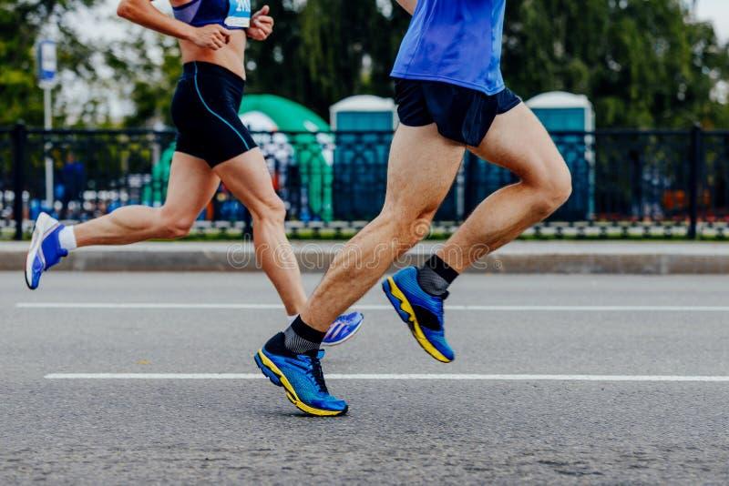 Manliga och kvinnliga löpare royaltyfria foton