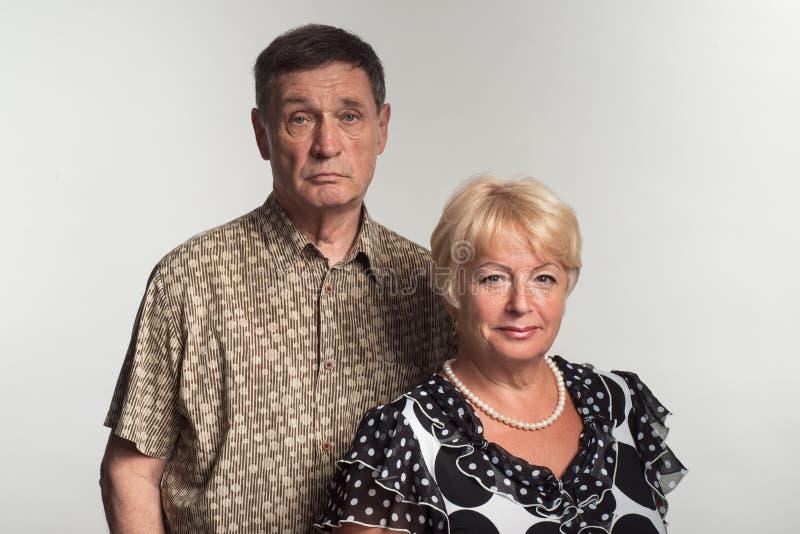 Manliga och kvinnliga pensionärer för vuxna lyckliga par royaltyfri bild