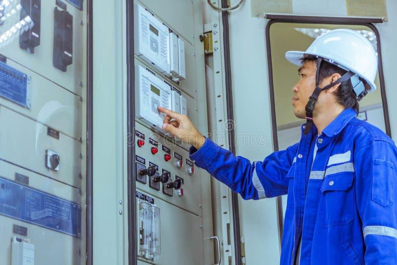 Manliga teknikerer kontrollerar arbeta för elektriskt system fotografering för bildbyråer
