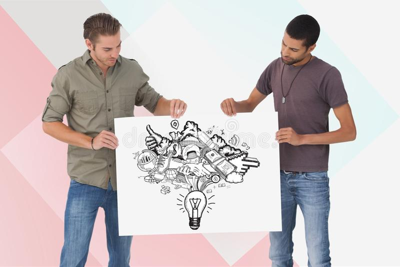 Manliga vänner som rymmer affischtavlan med olika symboler mot kulör bakgrund arkivbilder