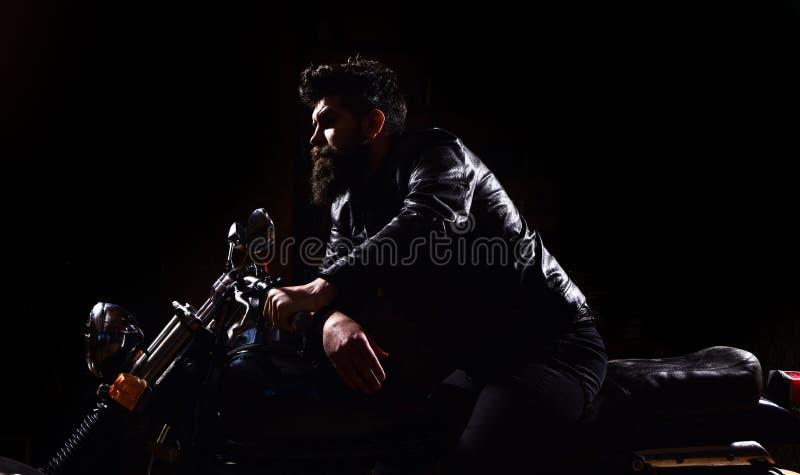 Manlighetbegrepp Macho brutal cyklist i motorcykel för ridning för läderomslag på nattetid, kopieringsutrymme uppsöka mannen arkivbild