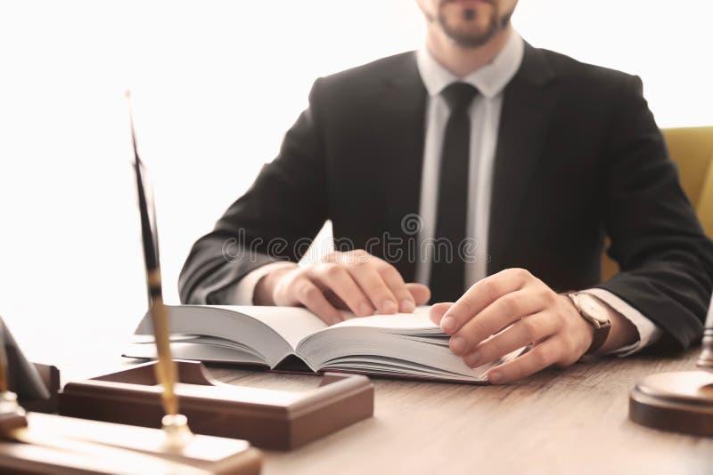 Manligt advokatarbete arkivbild