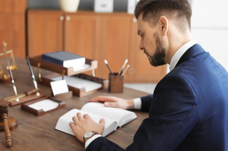 Manligt advokatarbete arkivfoton
