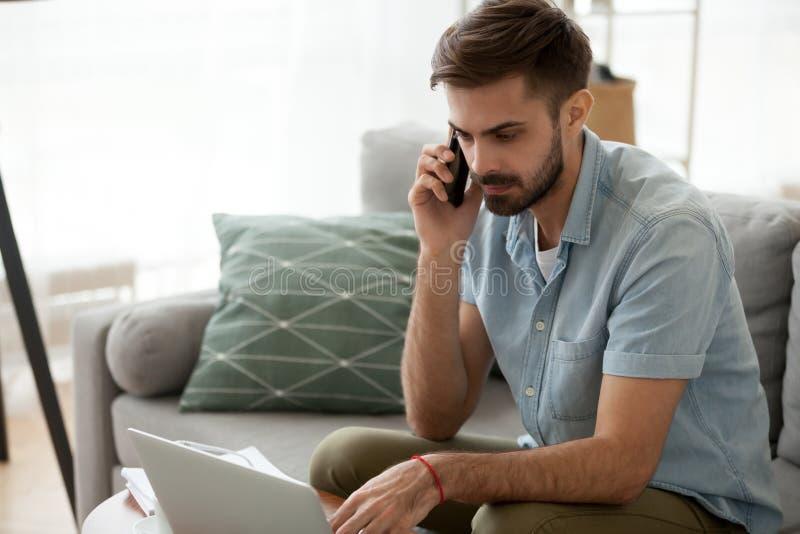 Manligt arbete har hemma allvarlig konversation med klienten royaltyfria foton