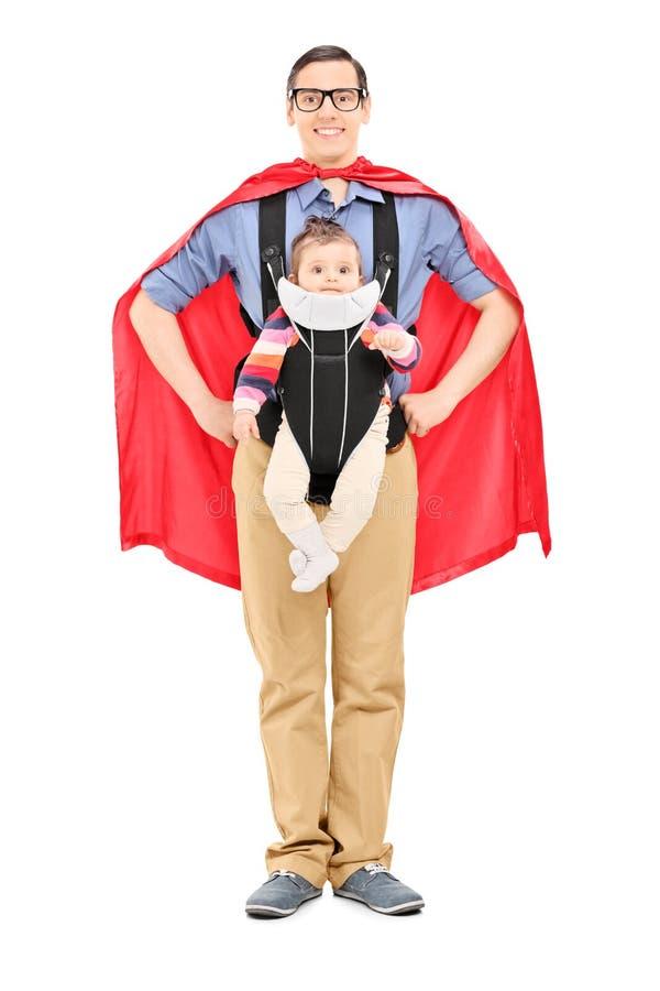 Manligt bära för superhero som är hans, behandla som ett barn dottern royaltyfri fotografi