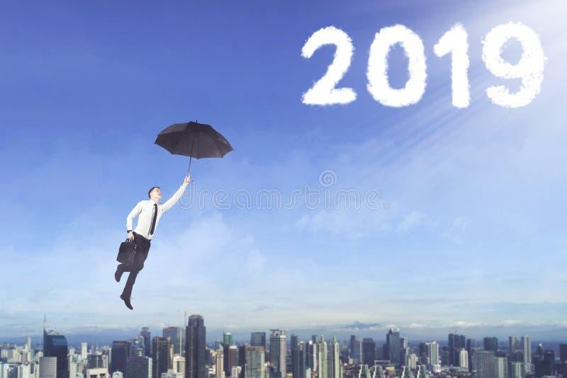 Manligt entreprenörflyg in mot nummer 2019 royaltyfri foto
