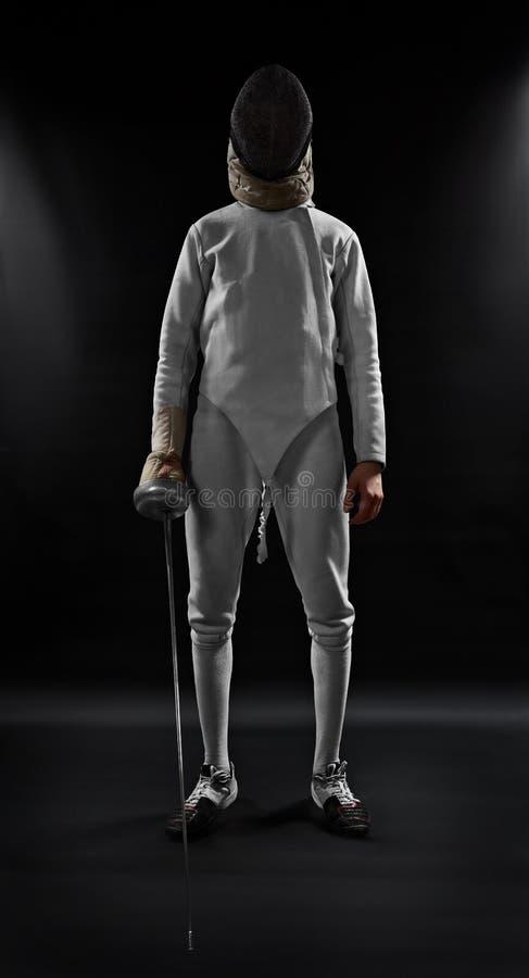 Manligt fäktareanseende på svart bakgrund arkivfoto