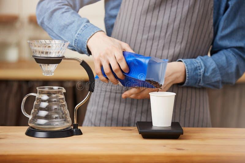 Manligt kaffe för baristadanandepourover, graderingskaffe med den digitala skalan fotografering för bildbyråer