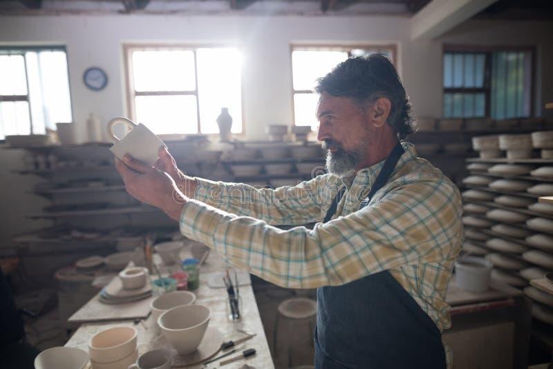Manligt kontrollera för keramiker rånar royaltyfri bild