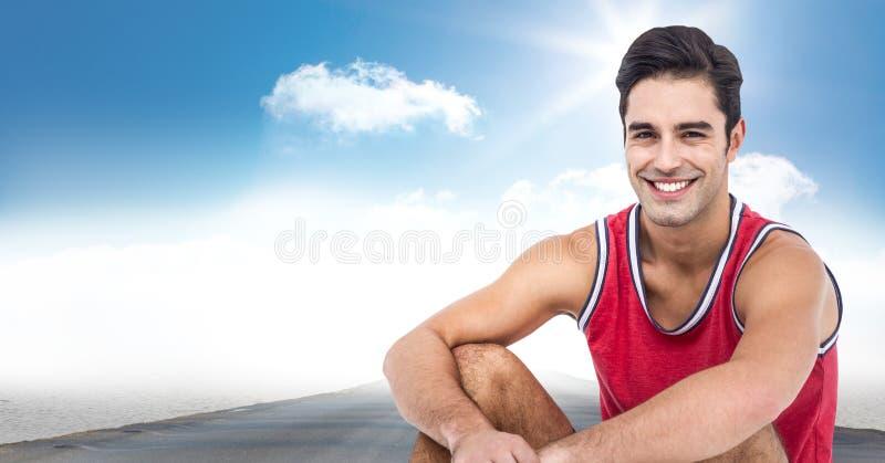 Manligt löparesammanträde på vägen mot himmel och solen fotografering för bildbyråer