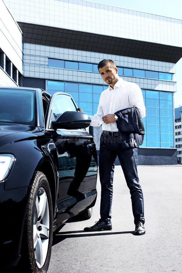 Manligt modellanseende nära bilen royaltyfri fotografi