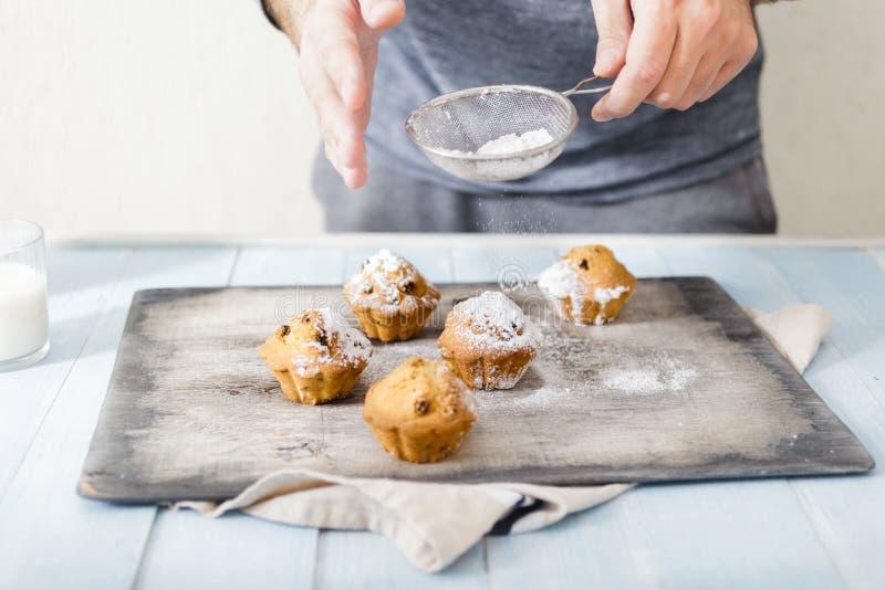 Manligt muffin för socker för händer stänk pudrade hemlagade royaltyfria foton