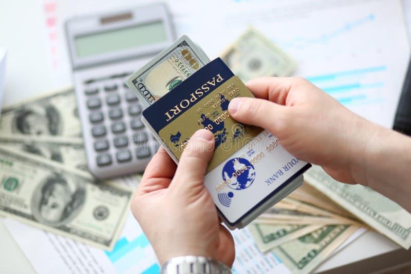 Manligt pass f?r arminnehav som packar ihop packen av USA royaltyfri foto
