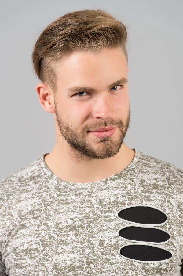 Manligt skönhetbegrepp Man uppsökt orakad grabb i stilfull skjorta med rev sönder detaljer Mannen med den listiga framsidan för b arkivbilder