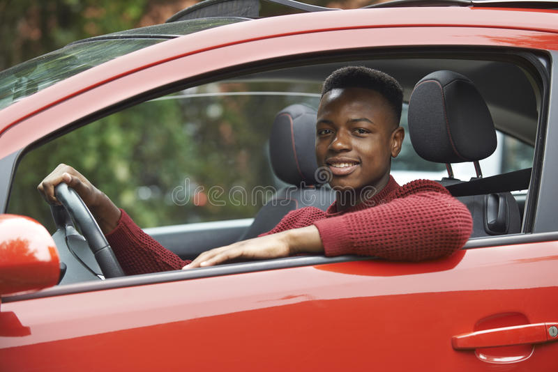 Manligt tonårs- fönster för chaufförLooking Out Of bil royaltyfri fotografi