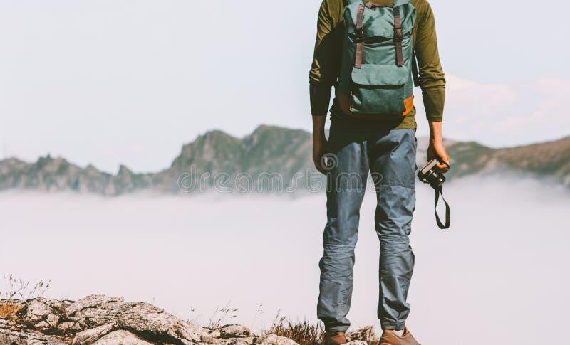 Manloppfotograf med fotokameran i berg royaltyfri foto