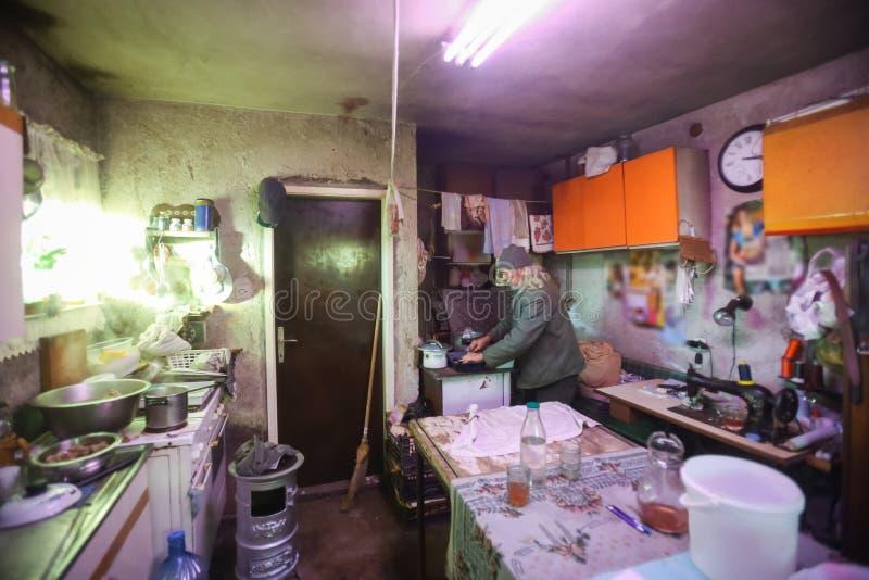 Manmatlagning i föråldrat kök royaltyfria bilder