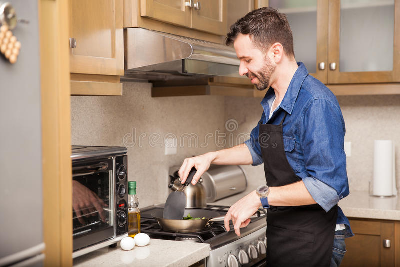 Manmatlagningfrukost hemma arkivfoto