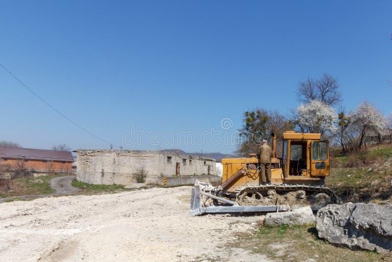Manmekaniker som reparerar en bulldozer arkivbild