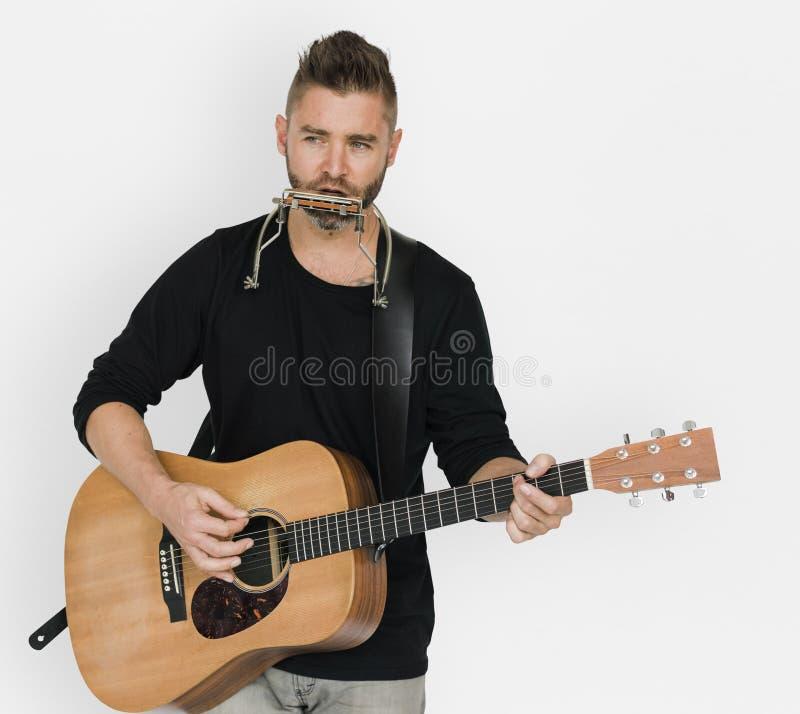 Manmusiker Play Guitar Harmonica fotografering för bildbyråer