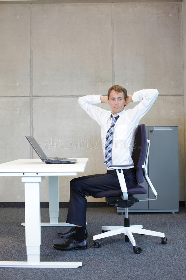 Mannübungen im Büro lizenzfreies stockbild