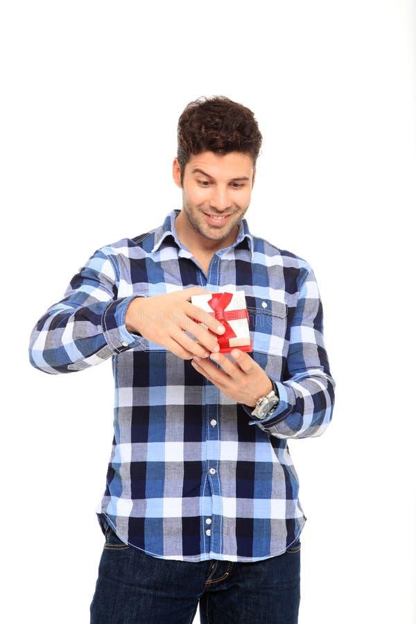 Mann öffnen einen Geschenkkasten lizenzfreie stockfotografie