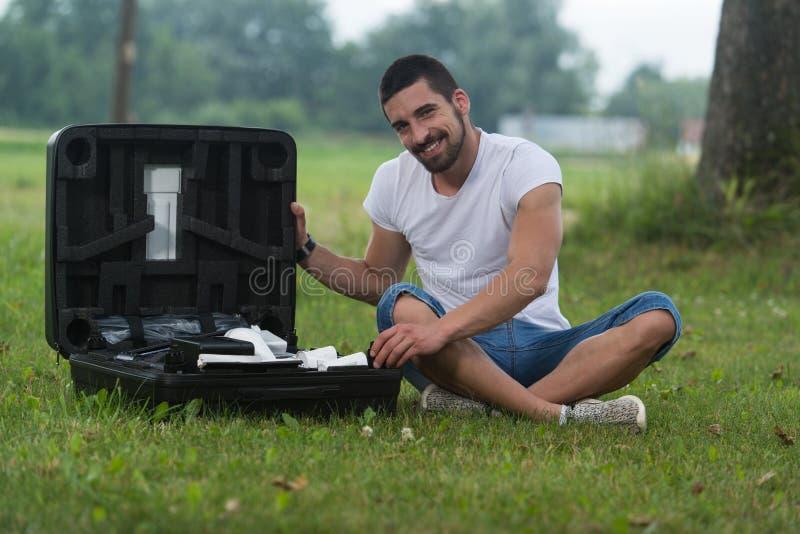Mann öffnet den Koffer vom Brummen stockbilder